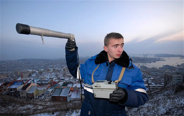 Парень держит в руках гидрометео оборудование